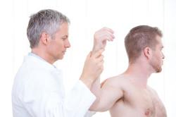 Прохождение обследования у врача при плечелопаточнои периартрите